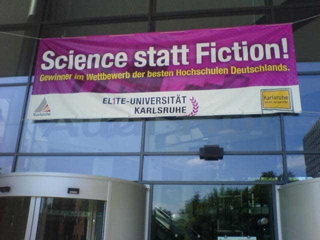 Foto mit Banner Science statt Fiction Audimax KIT
